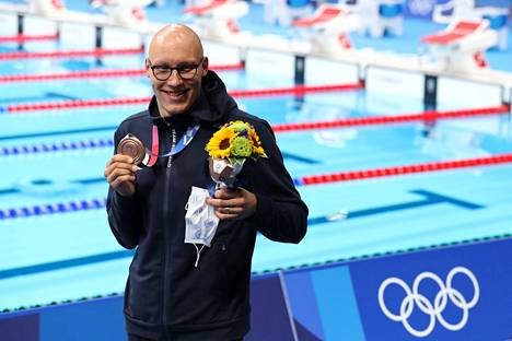 Matti Mattsson poseerasi Tokiossa harvinaisen suomalaisnäyn, uinnin olympiamitalin kanssa.