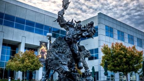 Activision Blizzardin yksi tunnetuimmista peleistä on Warcraft, josta tuttu orkki koristaa Irvinessä, Kaliforniassa, sijaitsevan konttorin sisäänkäyntiä.