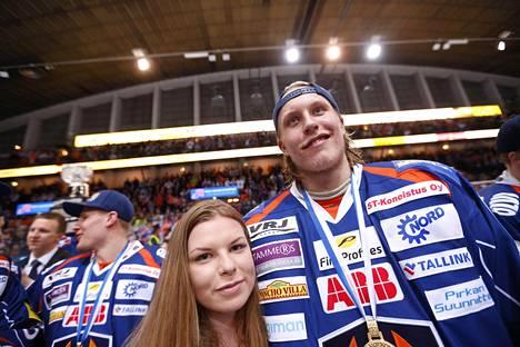 Sanna-Mari Kiukas on poikaystävänsä tavoin jääkiekkoilija. Kuva Tapparan SM-kultajuhlista.