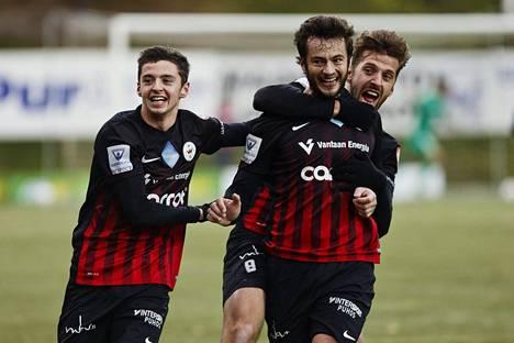 Ilonhetket jäivät vähiin PK-35:n kaudella Veikkausliigassa. PK-35:n Driton Shala, Ymer Xhaferi ja Masar Ömer riemuitsivat Inter-ottelussa lokakuussa.