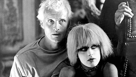 Blade Runner -elokuvassa Rutger Hauer ja Daryl Hannah näyttelevät ihmismäisiä robotteja.