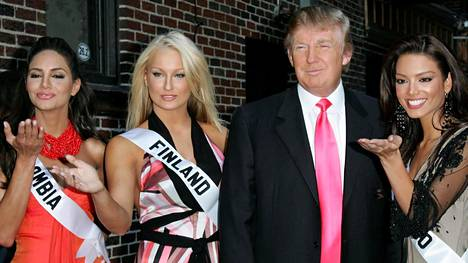 The 2006 Miss Finland Ninni Laaksonen (2. from left) met Donald Trump during the 2006 Miss Universe -contest.