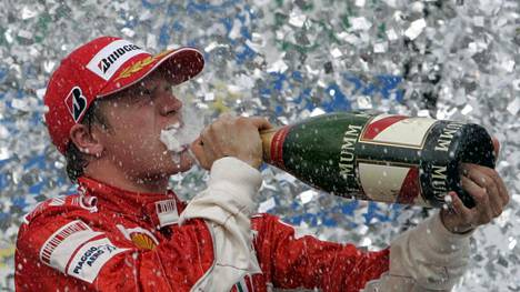 Kimi Räikkönen nautti mestaruudesta vuonna 2007 Brasilian GP:n jälkeen.