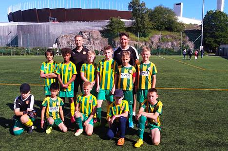 Puotinkylän Valtin pelaajat sekä valmentajat Topi Katajala (ylhäällä vasen) ja Nito Pascual olivat ensimmäisen päivän antiin tyytyväisiä.
