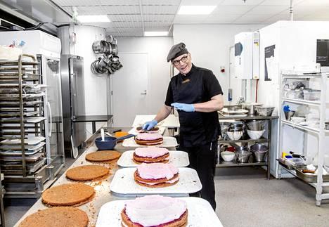 Kakkujen tekeminen on Bakery Mantelissa sarjatyötä, jota tehdään yleensä useamman ihmisen voimin. Hiljaisina maanantaipäivinä Jouko Pirttimaa saattaa täyttää kakkuja yksin.
