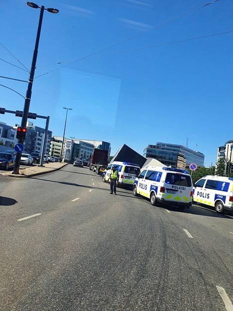 Liikennettä ohjasi ainakin kolme poliisipartiota.