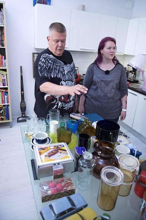 Suomen huutokauppakeisaripari kävi Markus Niemisen luona ostamassa tuotteita.