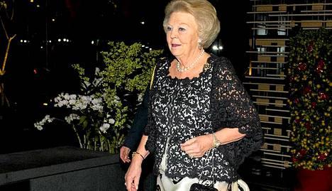 Kuningatar Beatrix Singaporen presidentin Tony Tan Ken Yamin juhlaillallisella Singaporessa perjantaina.