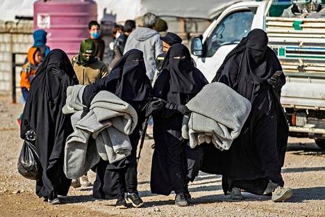 Al-Holin leirille on kerätty sortuneen Isisin kalifaatin alueella eläneitä naisia ja lapsia. Osa leirin naisista on toiminut Isisin taistelijoina itsekin.