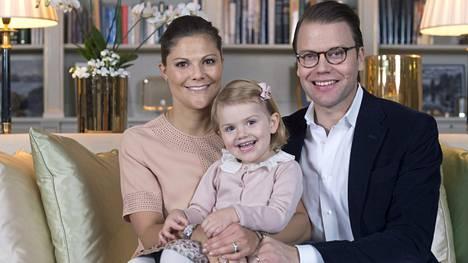 Kruununprinsessa Victoria, prinsessa Estelle ja prinssi Daniel saavat keväällä uuden perheenjäsenen.