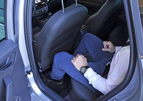Ibiza on pikkuauto, mutta taakse mahtuu normaalikokoinen aikuinen ongelmitta, vaikka kuljettaja olisi 185-senttinen. Pidemmillä takamatkustajilla pää hipoo helposti kattoa.