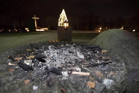 Vuosi sitten kulkueen jäljiltä jäi muun muassa poltettuja soihtuja hautausmaalle.