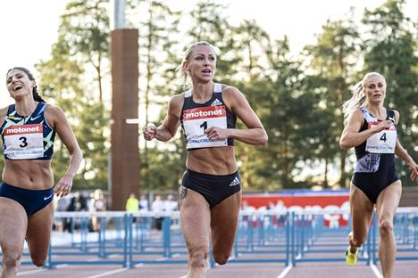 Annimari Korte (kesk.) juoksi urallaan toistamisen alle 12,8 sekunnin.