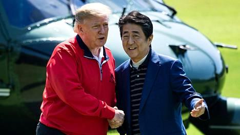 Yhdysvaltain presidentti Donald Trump ja Japanin pääministeri Shinzo Abe kättelivät ennen golf-kierrosta.