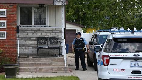 Poliisi seisoi keskiviikkona talon edustalla Chicagon Ashburnin kaupunginosassa. Kyseessä on talo, josta Marlen Ochoa-Lopez ja hänen vauvansa löydettiin.