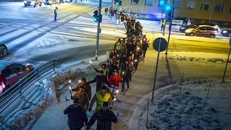Suomen Kansa Ensin marssi itsenäisyyspäivänä Oulussa.