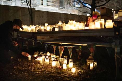 Kynttilöitä surmatun 16-vuotiaan löytöpaikalla Koskelan sairaalan alueella perjantai-iltana.