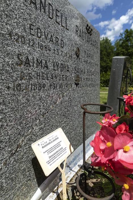 Tapio Rautavaaran hautakivi Malmin hautausmaalla Helsingissä kesäkuussa 2019.