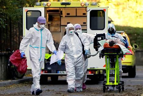 Koronatartuntojen määrä nousi Tshekissä ja Belgiassa rajusti syksyllä. Kuva potilaan siirrosta Zlinin alueelta Prahaan 6. marraskuuta.