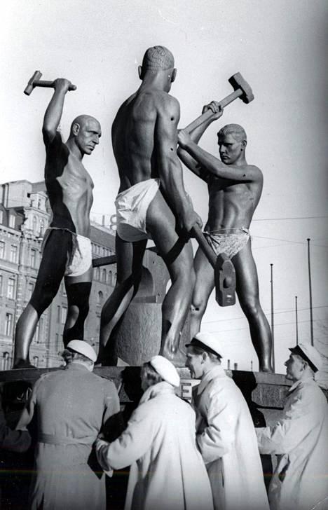 Kolmen sepän patsas Helsingin keskustassa. Kuva otettu vuoden 1950 vappuna.