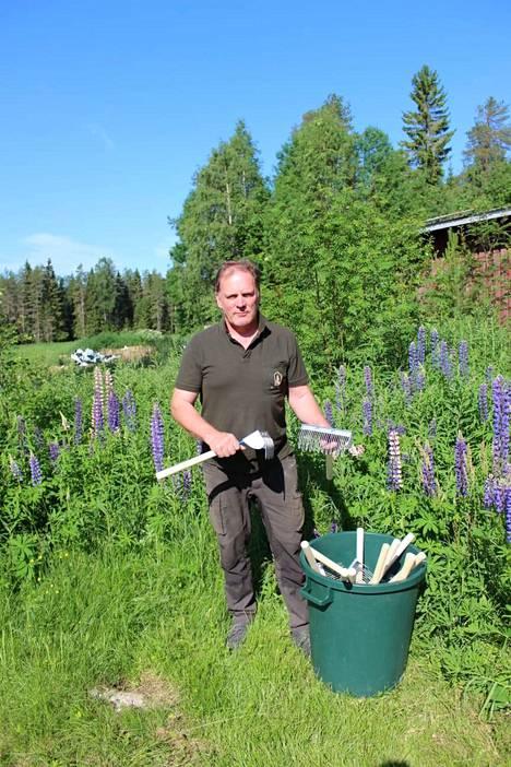 Maanviljelijä Jouni Heikkinen on myynyt tuhansia kehittämiään marjaharavoita.