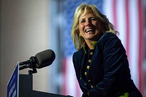Jill Biden puhumassa kampanjatilaisuudessa marraskuun alussa.