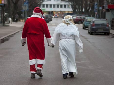 Joulupukki ja enkeli kävelivät Kotkassa joulukuussa.