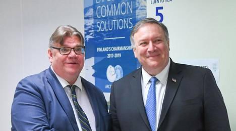 Ulkoministerit Timo Soini ja Mike Pompeo kättelivät Rovaniemellä tiistaina. Soini ei halunnut nimetä syyllisiä yhteisen lausuman kariutumiseen, vaikka myönsi että Yhdysvaltain ilmastolinjaukset ovat muuttuneet uuden hallinnon myötä.