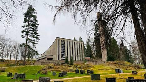 Varkaat kävivät hautausmaan työkaluvarastossa illalla tai yöllä. Kuvassa Papinsaaren maineikas siunauskappeli.