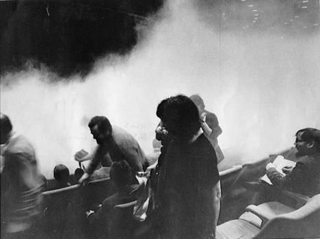 Yleisö alkoi poistua Jumalan teatteri -näytöksestä pian esityksen alkamisen jälkeen. Lopulta Eeli Aalto oli ainoa katsoja.