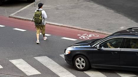 Jalankulkijat ja autoilijat eivät ole ihan samaa mieltä siitä, kuinka autoilijat antavat jalan kulkevan ylittää suojatien.