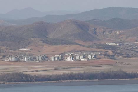 Kuva Pohjois-Korean puolella sijaitsevista rakennuksista demilitarisoidulla vyöhykkeellä.