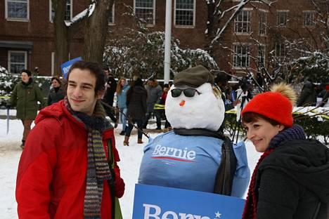 A. Noah Harrison ja Kathrin Fuller poseerasivat Bernie-lumiukon kanssa.