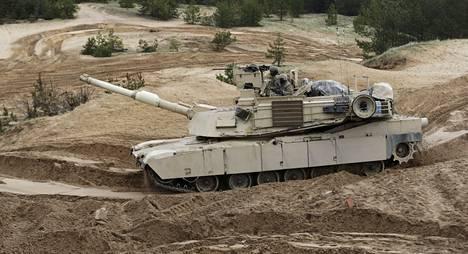 Abrams-panssarivaunu on Yhdysvaltain armeijan ja merijalkaväen vahvinta maataistelukalustoa. Kuvan amerikkalaissotilaat harjoittelivat Latviassa toukokuussa.