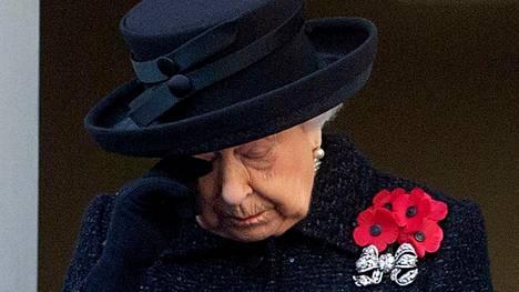 Kuningatar Elisabet pyyhki sunnuntaina kyyneleitä ensimmäisen maailmansodan veteraanien muistotilaisuudessa.