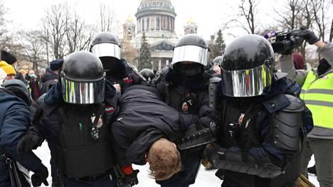 Poliisi ja mielenosoittajat ottivat yhteen Pietarissa ja muualla Venäjällä lauantaina mielenosoituksissa.