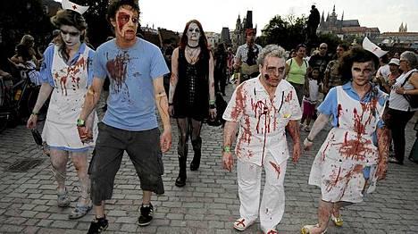 Nämä eivät ole oikeita zombeja vaan alan harrastajia kävelyllä Prahassa.