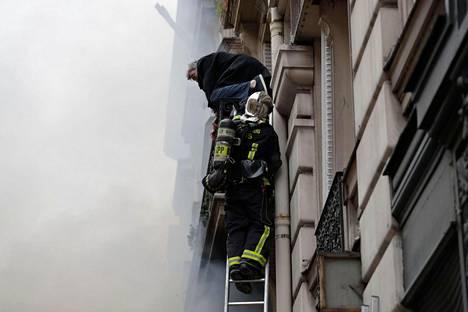 Loukkuun jäänyt mies evakuoitiin tikkaita pitkin.