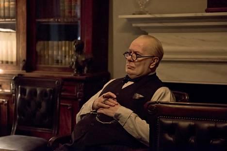 Gary Oldman kaivaa Winston Churchillin luonnevikojen alta esiin äksyn mutta charmikkaan vanhan herran.