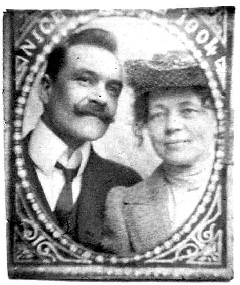 Pieni kehystetty kuva Axelista ja Marysta saattaa olla heidän Pariisin-matkaltaan vuodelta 1904.
