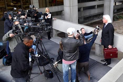 Mathersin asianajaja Thomas Mesereau kuvattuna oikeustalon ulkopuolella.