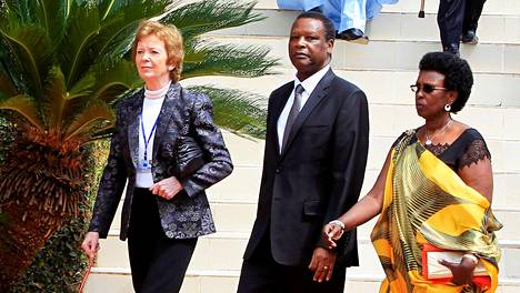 Burundin entinen presidentti Pierre Buyoya kävelee Sophie-vaimonsa sekä Irlannin ex-presidentin Mary Robinsonin kanssa Ruandan kansanmurhan muistotilaisuuteen Kigalissa vuonna 2014.