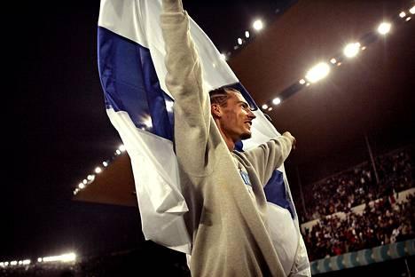Evilä kiitti Helsingin olympiastadionin yleisöä Suomen lipun kanssa.