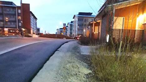 Kuvien perusteella näyttää, että talojen edestä kulkeva jalkakäytävä on huomattavasti korkeammalla kuin talojen pihat.