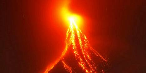 Mayon-tulivuori on syössyt uumenistaan jo viikon laavaa.