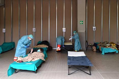 Koronaviruspotilaita hoidettiin väliaikaisissa tiloissa Lombardian Bresciassa torstaina.