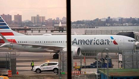 Arkistokuva American Airlinesin lentokoneesta LaGuardian lentoasemalla New Yorkissa.