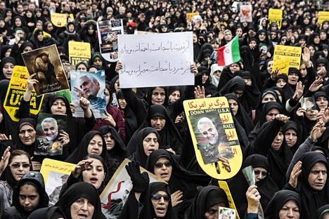 Rashtin kaupungissa Iranissa kannettiin surmatun kenraalin Qassem Suleimanin kuvia.