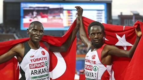 Kenialaistaustaiset turkkilaiset Polat Kemboi Arikan (vas.) ja Ali Kaya juhlivat 10000 metrillä kaksoisvoittoa.