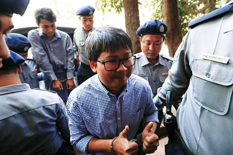 Reutersin toimittajat Kyaw Soe Oo ja Wa Lone (etualalla) voivat saada enimmillään 14 vuoden tuomion.